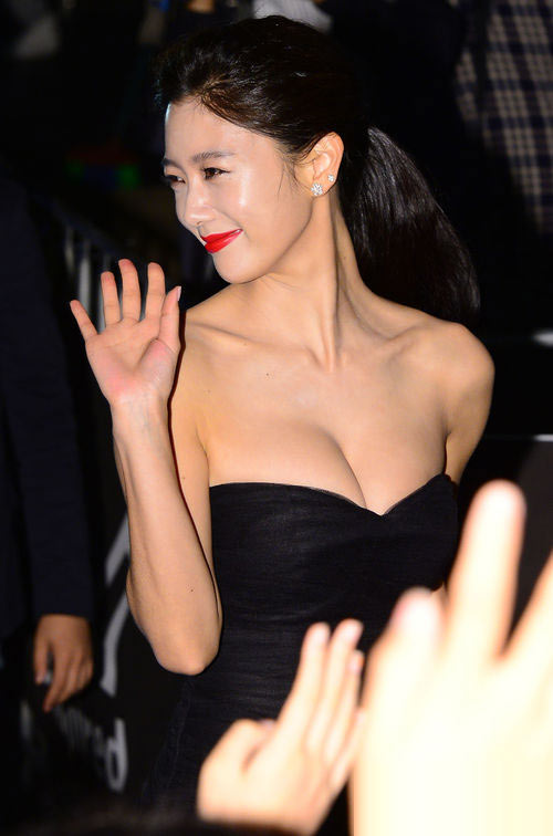 Năm 2013 ghi dấu ấn đặc biệt trong sự nghiệp của nữ diễn viên sinh năm 1986 Clara khi tên cô trở thành từ khóa được tìm kiếm nhiều nhất trong năm, theo kết quả thống kê của Naver. Chìa khóa tạo nên sự nổi tiếng của cô nàng chính là gu thời trang sexy, táo bạo. Xuất hiện tại một hoạt động thuộc khuôn khổ Liên hoan phim Busan 2013, Clara thu hút ống kính khi phô diễn vòng 1 nóng bỏng qua mẫu đầm cúp ngực gợi cảm.