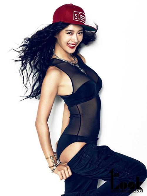 Diện nội y màu đen hút mắt, người đẹp tạo dáng khiêu khích trên tạp chí thời trang.