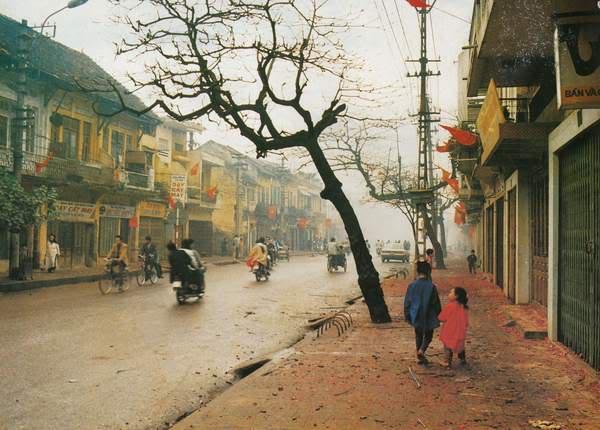 Cả khu phố treo cờ trong ngày đầu xuân mới là truyền thống được người dân duy trì nhiều năm nay tại Hà Nội. Bức ảnh gợi nhắc về góc phố Khâm Thiên một thời.