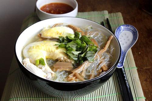 Bát miến nóng hổi với vị ngọt thơm của nước dùng luộc từ gà, thêm thịt gà và sợi miến dai là món thường hết đầu tiên trong mâm cỗ.