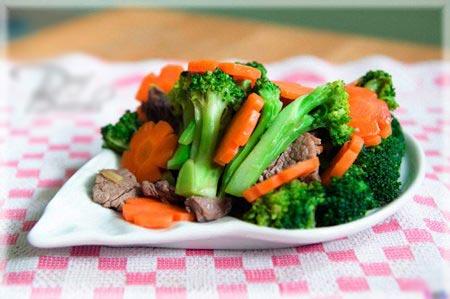 Bên cạnh thịt gà, thịt vịt, bánh trứng... mâm cỗ ngày tết không thể thiếu đi các món rau xào. Tuy nhiên, nếu chỉ xào rau chay, có vẻ hơi 'nhạt', bạn có thể cho thêm thịt như món thịt bò xào hoa lơ .