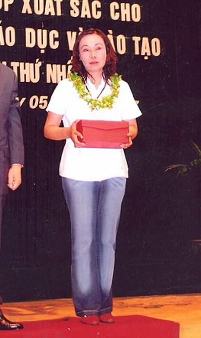 Hình ảnh hiếm hoi về bà Thoa trong lễ nhận bằng khen về thành tích làm từ thiện.