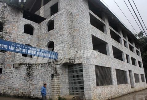 Những căn nhà rộng thênh thang được xây dựng với thiết kế kỳ lạ nay đều bị bỏ hoang.