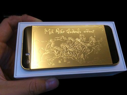 """Năm Giáp Ngọ, những sản phẩm được mạ vàng với hình ảnh chú ngựa cũng rất đắt khách. Các dòng điện thoại sang như iPhone 5S, Samsung Galaxy... cũng được mạ vàng với giá lên đến hàng chục triệu đồng. Trong ảnh là chiếc iPhone 5S mạ vàng 24K có hình """"mã đáo thành công""""."""