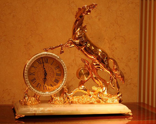 đồng hồ mạ vàng 24K này có giá lên tới 45 triệu đồng.