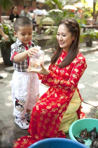 Thanh Thúy và bé Cà phê đi mua cá vàng vào dịp đầu xuân.