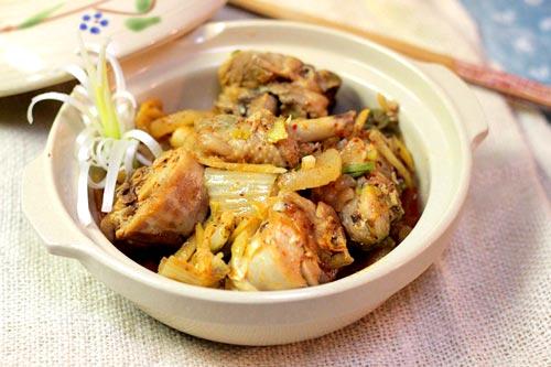 Món ăn đơn giản, dễ chế biến với thịt gà thấm mềm, có vị ngọt dịu của củ cải và kim chi cay cay, không ngấy mà đưa cơm.