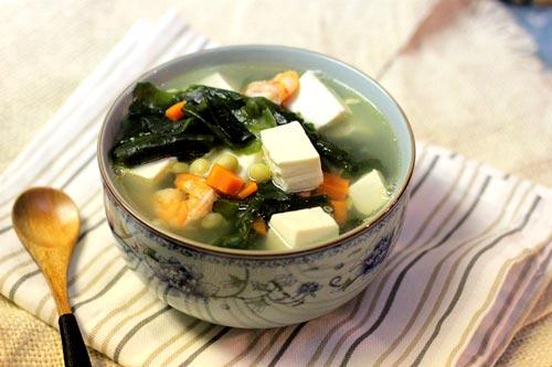Bát canh tổng hợp nhiều hương vị hài hòa của rong biển giòn giòn, kết hợp với đậu phụ non bùi bùi, tôm ngọt và các loại rau củ nấu kèm.