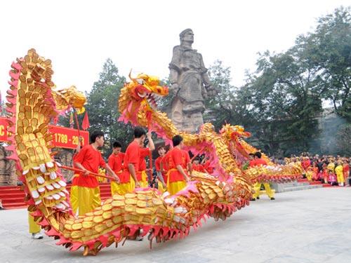 Múa rồng dưới chân tượng vua Quang Trung ở gò Đống Đa.