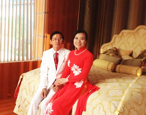 Vợ chồng ông Lê Ân bên chiếc giường được cho là đắt nhất thế giới. Ảnh: Lin Ca