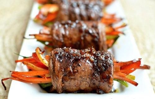 Thịt bò cuộn mềm thơm, rau củ giòn ngọt mà không ngấy, cả hai kết hợp giúp bạn đổi món cho bữa ăn mùa đông thêm ấm áp.