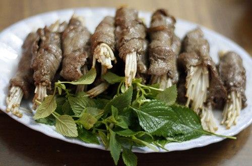 Kim châm là một trong những loại nấm được yêu thích khi ăn lẩu. Gần đây, các nhà hàng còn phổ biến thêm món thịt bò cuốn kim châm nướng.
