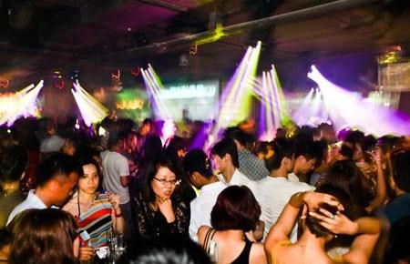Cách mưu sinh  của những người làm việc ở vũ trường, quán bar là bào tiền của khách.