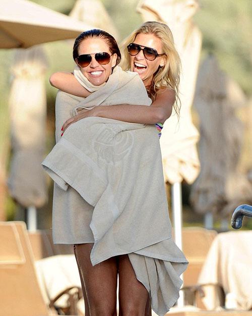 Vợ yêu của Jamie O' Hara cười đùa vui vẻ với cô bạn đi nghỉ mát cùng.
