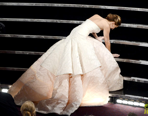Jennifer-Lawrence-falls-Oscar-3870-1889-