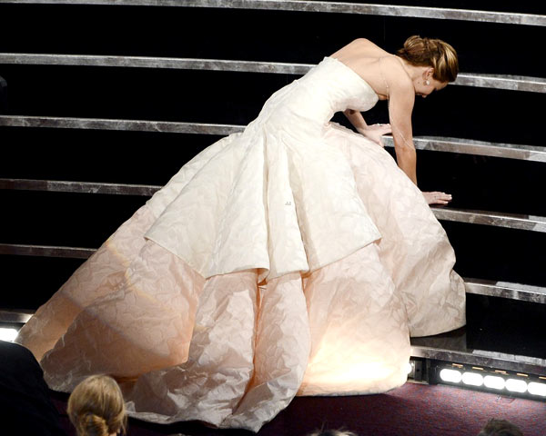 Jennifer-Lawrence-falls-Oscar-7654-7669-