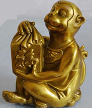 Bày biểu tượng Khỉ (Thân) trong phòng ngủ để giải tỏa năng lượng thù địch của Tỵ. Thân là con giáp Nhị hợp của Tỵ.