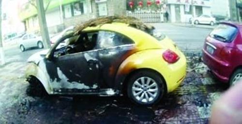 Chiếc xe bị Chen châm lửa đốt. Ảnh: Chinanews.