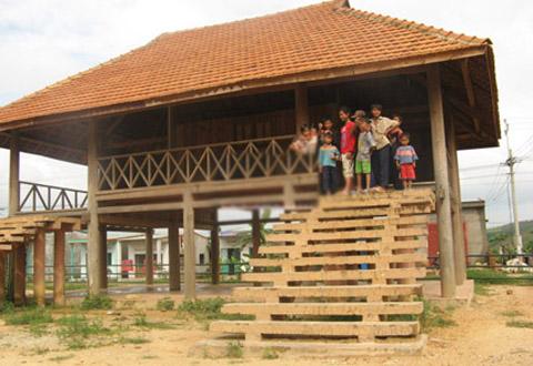 Trẻ em B'râu ở thôn Đăk Mế thông thạo nhiều thứ tiếng.