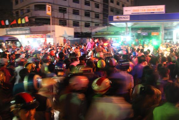 Đến gần 21h, sau khi được sơ cứu, Phong bị áp giải về trụ sở công an phường Tân Thới Hiệp, quận 12 để lấy lời khai.