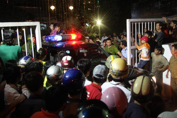 Đến gần 20h, Phong bước xuống cầu thang. Nhiều trinh sát ập tới khống chế, chở hắn thẳng đến bệnh viện quận 12 băng bó vết thương.
