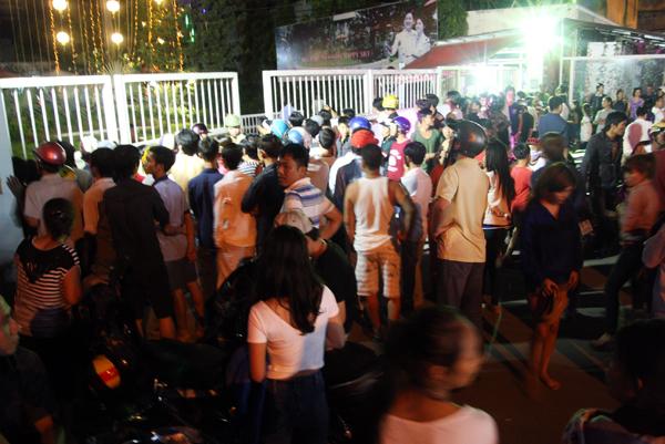 ông an quận Gò Vấp đến nhà mời hai vợ chồng Đinh Thanh Phong, 33 tuổi về trụ sở làm việc vì bị người dân tố cáo lừa đảo. Biết tin, vợ chồng Phong lên xe buýt bỏ trốn, trước khi công an có mặt tại nhà.