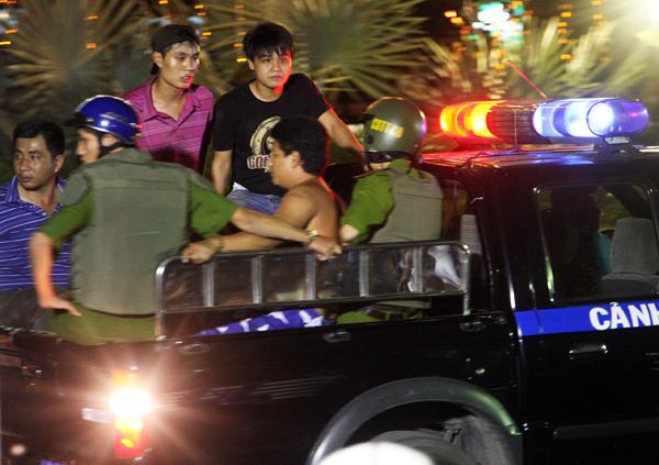 Lực lượng trinh sát dùng xe chở Phong ra khỏi nhà hàng tiệc cưới. Hắn ta được che kín, nằm rạp dưới sàn ôtô.