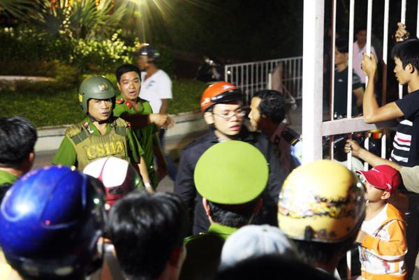Do Phong đang cầm dao và bị thương nên công an đã bắc thang lên để thuyết phục.