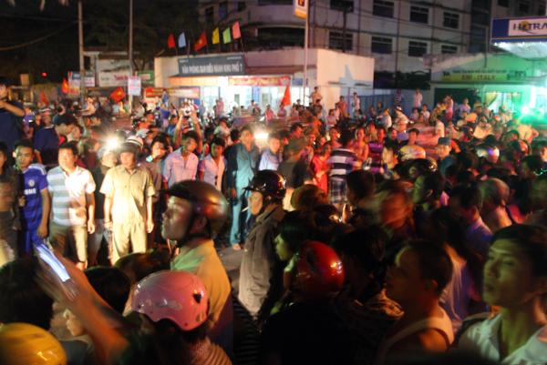 Công an quận Gò Vấp phát hiện liền gọi Cảnh sát giao thông hỗ trợ đuổi theo chiếc xe buýt. Khi tới ngã 3 Tô Ký - TCH33, xe dừng, vợ chồng Phong định rời khỏi ôtô.