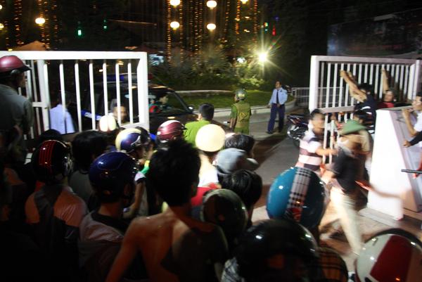 Hàng chục cảnh sát 113, trinh sát cùng người dân đã đuổi theo truy bắt. Phong trốn trên nóc nhà, phía sau của nhà hàng. Khi cảnh sát phát hiện định xông vào bắt, Phong liền dùng dao cứa cổ khiến máu túa ra.