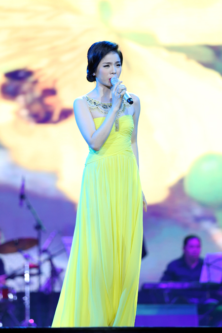 Lệ Quyên còn khiến khán giả vỡ òa với hai ca khúc 'Câu chuyện đầu năm' và 'Ngọn trúc đào'.