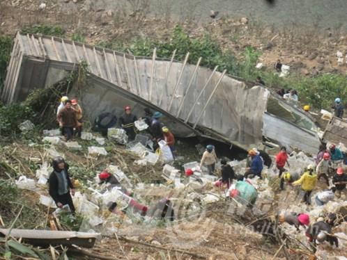 Thùng container chở hàng bị người dân quây kín.