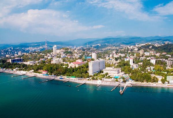 [Caption] Không chỉ thu hút khách du lịch trong những ngày diễn ra cuộc tranh tài tại Thế vận hội mùa đông Olympic 2014, Sochi vốn nổi danh là thành phố du lịch nổi tiếng của toàn liên bang Xô Viết trước đây, cũng như nước Nga bây giờ. Sochi nằm ở vùngvùng Krasnodarbên bời biển Đen, được mệnh danh là Viên ngọc trai biển Đen.