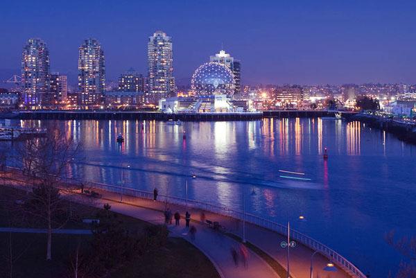 Thành phố bên bờ biển Đen lung linh lúc lên đèn với cuộc sống về đêm rất nhộn nhịp. Sochi có khá nhiều quán bar