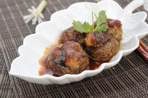 Phần nấm giòn ngọt được nhồi bên trong là khoai sọ bùi thêm hành tây và phần nước sốt đậm đà chan với cơm rất ngon.