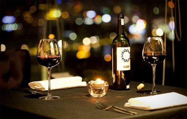 Ăn tối bên bàn tiệc lung linh ánh nến, nhấm nháp một chút rượu vang nồng nàn là lựa chọn kinh điển cho ngày Valentine. Ảnh Cielo13 sky bar