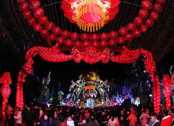 Lễ hội Đèn lồng tại Tự Cống, Tứ Xuyên, lần đầu tiên được tổ chức từ thời nhà Đường và đã có truyền thống hơn 1.000 năm. Lễ hội này được lưu danh là một trong 7 lễ hội đèn đồng lâu đời và nổi tiếng nhấtTrung Quốc. Đặc biệt, chất lượng đèn lồng tại Tự Cống đạt đến độ tinh xảo, nức tiếng xa gần.
