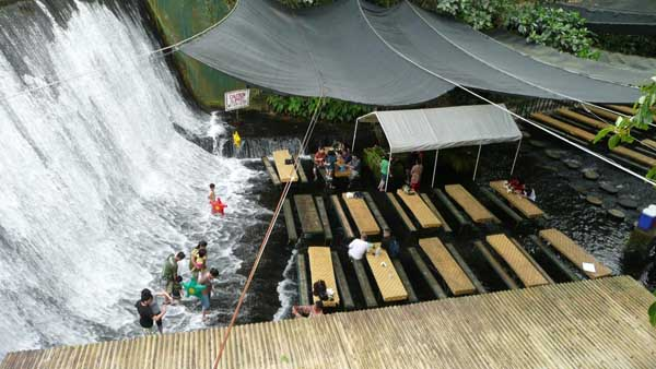 Nhà ăn của khách sạn Villa Escudero, Philippines nằm ngay dưới chân một con thác. Thực khách vừa ăn vừa ngâm chân dưới mặt nước.