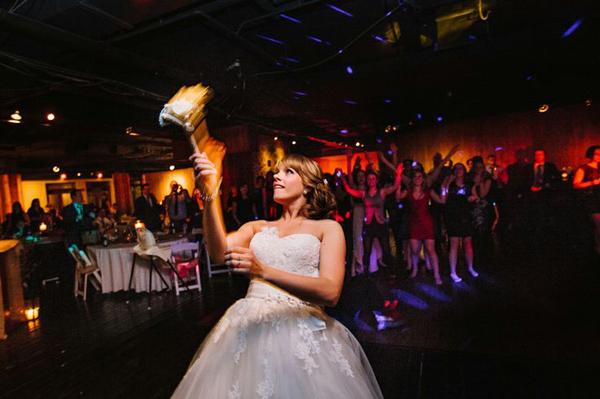 Chuẩn bị màn tung hoa trong đám cưới