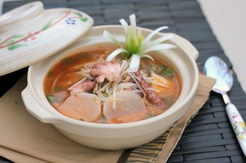 Bạch tuộc giòn giòn được nấu cùng với kim chi chua chua, cay cay, lạ miệng rất hấp dẫn.