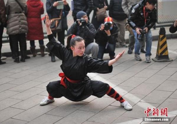 Sự việc diễn ra hôm 15/2 tại Học viện Điện ảnh Bắc Kinh, Beijing News cho biết. Nữ thí sinh đến từ tỉnh Sơn Đông than phiền rằng cô không có cơ hội để thể hiện tài năng trong kỳ thi vào