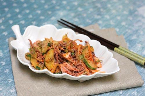 Đĩa nộm bạch tuộc đẹp mắt với vị cay cay của ớt và giòn giòn của bạch tuộc, quyện lẫn với dưa leo, hành tây.