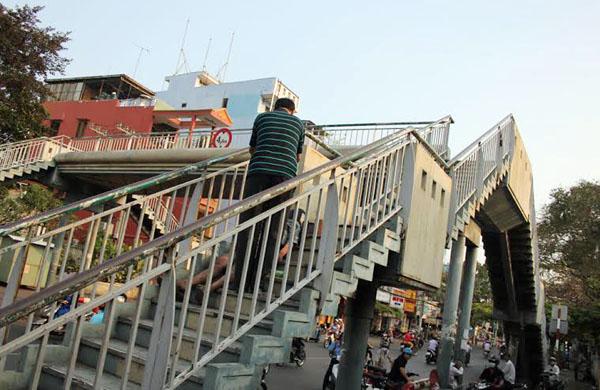 Nam thanh niên gục chết trên cầu bộ hành trước cổng bệnh viện Ung Bướu. Ảnh: Châu Thành