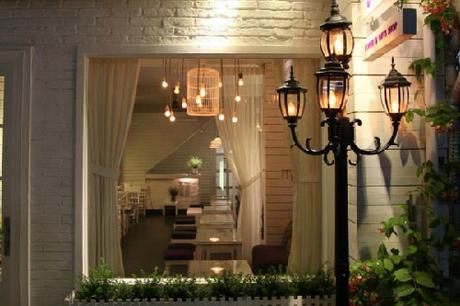 Lựa chọn gam màu trắng và tím nhẹ, cà phê Koneko được thiết kế mộc mạc mà đầy tinh tế, vừa hài hòa nhưng không kém phần lãng mạn mang nét cổ điển của phương Tây. Những bức tranh treo hờ hững trên tường, những chậu hoa nhỏ được đặt bên những khung cửa sổ đầy nắng và gió như mở ra cho thực khách một không gian yên bình đầy tính nghệ thuật.  Ngoài cà phê, thực đơn của quán phong phú với những loại thức uống được giới trẻ ưa thích như trà sữa, sinh tố, nước ép, sữa lắc... với mức giá từ 20.000 đến 30.000 đồng. Quán đẹp, mức giá rẻ, nên không ngạc nhiên khi trở thành điểm hẹn ưa thích của sinh viên các trường đại học ở khu vực quận Bình Thạnh.