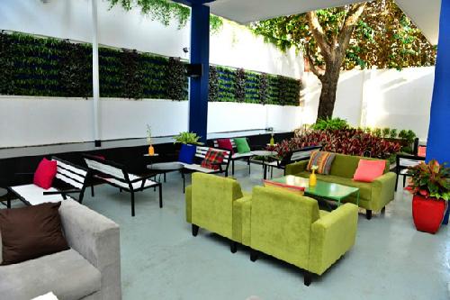 Nằm trong khu đất rộng chừng 500m vuông giữa vùng trũng của những quán cafe sân vườn bậc nhất Sài Gòn, TEE Cafe như đã chấm thêm một dấu rất khác trên bản đồ cafe của giới thưởng ngoạn.  Với lối kiến trúc và bố cục trẻ trung kết hợp sự thông minh, đơn giản đến bất ngờ trong từng chi tiết, TEE Cafe tạo cho bạn cảm giác nhẹ nhàng, vừa phải nhưng không kém phần thú vị ở từng góc nhìn.  Thật là khó để miêu tả nhiều hơn, TEE Cafe mong muốn các bạn hãy đến thử một lần và cảm nhận theo cách riêng của mình nhé.