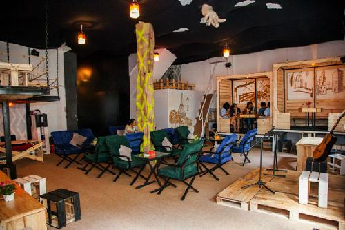Lấy ý tưởng chủ đạo từ hình khối vuông của viên xúc xắc. Không gian được chia làm nhiều góc nhỏ với những khối gỗ vuông, những chiếc ghế, bàn gỗ nhỏ xinh.. đặc biệt là những ngôi nhà gỗ nho nhỏ được chia thành từng ngăn riêng biệt với cầu thang gỗ và lối ngồi xoay vòng rất độc đáo. Vào thứ 7 và chủ nhật hàng tuần tại quán có chương trình nhạc live Accoustic sẽ là điểm đến lí tưởng cho những ai muốn thưởng thức tiếng đàn guitar mộc mạc trong một không gian ấn tượng.