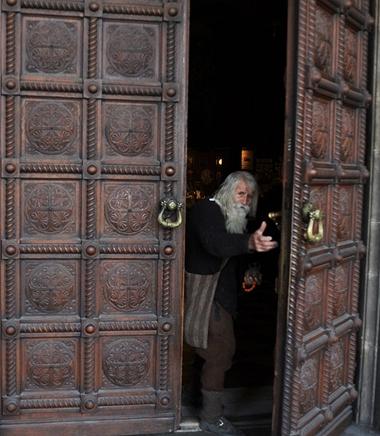 Khoàn tiền lớn nhất cụ làm từ thiện là 24.000 USD cho nhà thờ St. Alexander Nevsky.