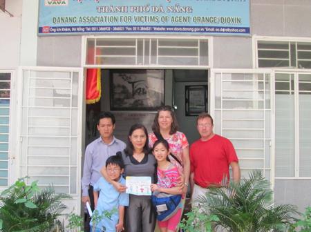 Bà Nguyễn Thị Hiền (ở giữa) - chụp ảnh lưu niệm cùng với gia đình ông bà Sherman LaBarge và bà Carrie Welch , bé Nhung (bìa phải) tại Trung tâm nuôi dưỡng trẻ em mô côi của Hội chữ Thập đỏ Đà Nẵng.