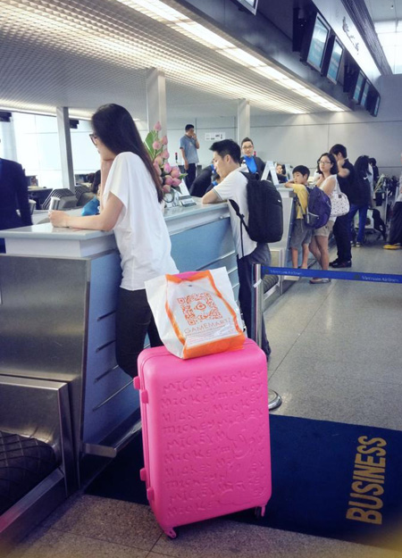 """Hoa hậu Diễm Hương đăng ảnh cô ở sân bay và lời bình luận: """"Nhịn một bước trời cao biển rộng""""."""