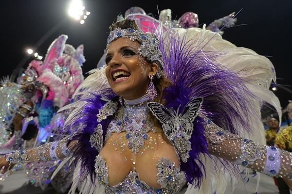 Lễ hội đường phố được tổ chức tại hơn 400 ngôi làng và thị trấn ở Brazil. nhưng hoạt động này có quy mô lớn nhất ở hai thành phố Sao Paulo và Rio de Janeiro.